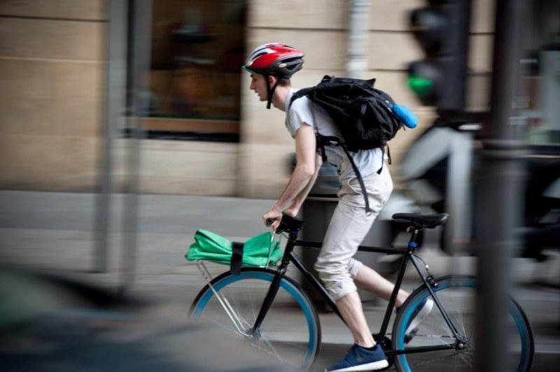 Un coursier à vélo à Bordeaux un mois avant la faillite de Take Eat Easy, qui a laissé 4500 coursiers sur le carreau